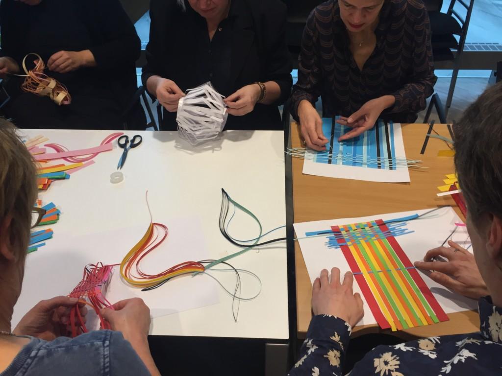 Crafts Council Nederland op bezoek bij de HKU Hogeschool voor de Kunsten Utrecht Onderwijsdag 2019. Door te maken leer je allemaal belangrijke dingen. Maken is goed voor het onderwijs, zelfontwikkeling. Docenten zijn bezig met het weven van papier, zoals te zien is op Craftsklas. Al makend leren ze nieuwe dingen.